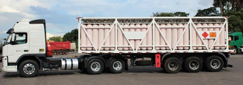 Caminhão transportando cilindros de gás natural